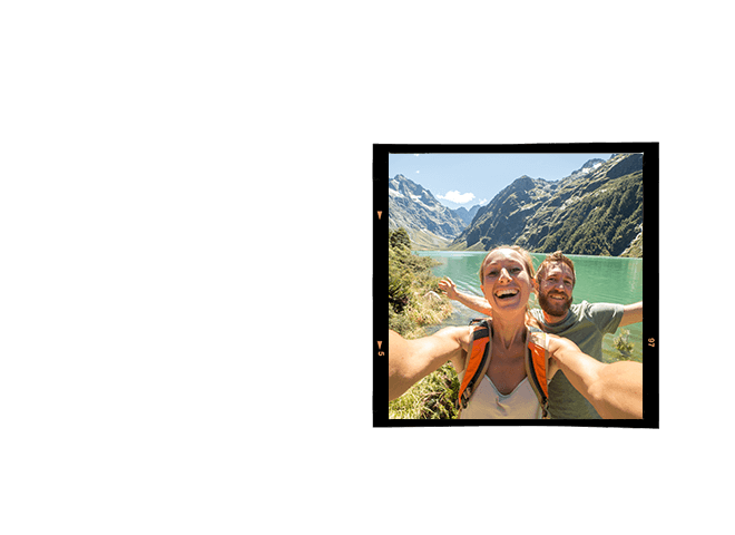 Selfie de casal de turistas em frente as montanhas de gelo da Nova Zelândia